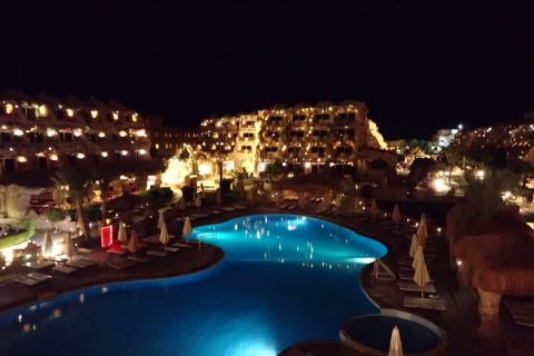 Caves%20Beach%20Resort Bei%20Nacht 480x320