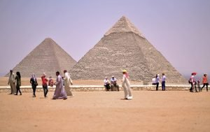 Gizeh Plateau vor den Pyramiden in Kairo